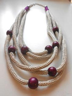 Collana color Perla e Viola ef Rope Jewelry, Jewelry Crafts, Jewelry Art, Beaded Jewelry, Jewelery, Handmade Jewelry, Jewelry Design, Knitted Necklace, Diy Necklace