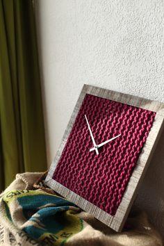 Besondere Uhr fürs Zuhause mit individuellem und handgestricktem Ziffernblatt / choose your favorite color: handknitted clock made by Herr Mittmann's Kuriositätenladen via DaWanda.com