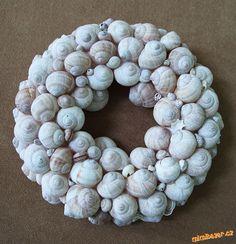 Věnec ze šnečích ulit Seashell Wreath, Seashell Art, Ornament Wreath, Ornaments, Snail Shell, Sea Glass Art, Nature Crafts, How To Make Wreaths, Seashells