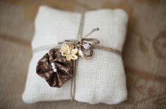 De la ficelle, de la toile de jutte et des fleurs en tissu.