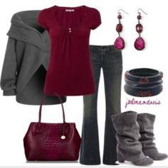 Maglione nero motivi, borsa cocco e maglietta viola, jeans
