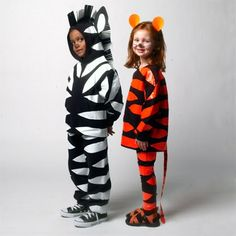 6 Easy DIY Halloween Costumes for Kids (pictured: simple duct tape zebra & tiger costumes) Zebra Halloween Costume, Diy Halloween Costumes For Kids, Diy Tiger Costume, Tiger Halloween, Halloween Couples, Group Halloween, Halloween Pictures, Happy Halloween, Homemade Costumes