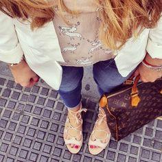 Sunday!! Y me ha pillado así la lluvia... #sunday #relaxday #lunch #goout #streetstyle #fashion #blondie #sandals #jeans #louisvuitton #smartcasual #white #jacket #sunday #rainday