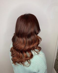 15 Mahogany Hair Color Shades You Have to See Mahogany Hair, Barrel Curling Iron, Barrel Curls, Big Curls, Hair Color Shades, Coarse Hair, Copper Hair, Latest Hairstyles, Blonde Highlights