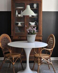 Cantinho gostoso com cadeiras de #rattan para tomar o café depois do almoço! ( @restlessoasis) #decoração #cadeira #madeira #mesadecafé