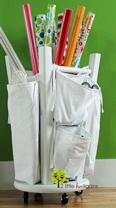 Sugestão DIY para organização de materiais: banco de ponta cabeça, com rodinhas no assento e bolsas de pano pressas às laterais.