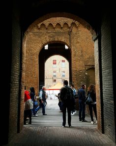 {La legge della storia} Ferrara 23/04/2016 #italia #italy #spring4igers #rsa_architecture #ig_emiliaromagna #igersferrara #ig_ferrara #igersitalia #vivoemiliaromagna #loves_emiliaromagna #vivo_italia #vivoferrara #yallersitalia #folkitaly #igersemiliaromagna #lookingforaframe #ig_sharepoint #italian_places #huntgramitaly #_scattomattoitalia_ #communityfirst #livefolk #ig_italia #volgoemiliaromagna #volgoferrara #ig_italy #instaitalia #whatitalyis #ig_masters #ig_worldclub by…