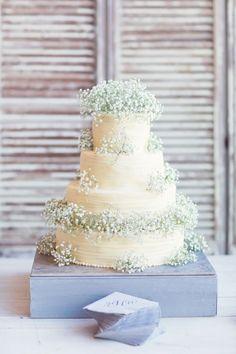 Foto 2 de 12 Pastel de boda en color blanco adornado con paniculata. Imagen stylemepretty.com | HISPABODAS