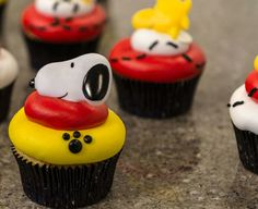 Learn to make Peanuts Snoopy and Woodstock cupcakes they are sweet, simple and will be the perfect party favor for upcoming celebrations.