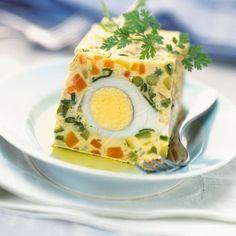 Terrine de légumes aux oeufs 600 g de macédoine de légumes surgelée 12 oeufs 8 cuillères à soupe d'herbes ciselées (persil, cerfeuil, estragon) 1 noix de beurre sel poivre du moulin
