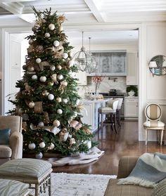 salon blanc et beige, boules de noel argent, blanc et or, guirlande de bandes de tissu dorées, ouverture sur une cuisine blanche