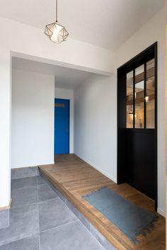 横に長くとった玄関は、同時に靴の着脱ができたり、お出かけ・帰宅時の荷物の仮置き場にも困らないなど暮らしの中で何かと役立ちそうです。 #玄関 #玄関インテリア #ゼスト倉敷 #ZEST倉敷 #新築マイホーム #玄関照明 #岡山県 #倉敷市 #自然素材の家 #インテリアショップとつくる家 #サーフスタイル #西海岸インテリア #ロンハーマン Yellow Houses, California Style, My House, Entrance, Sweet Home, Wall Lights, Entryway, Oversized Mirror, Flooring