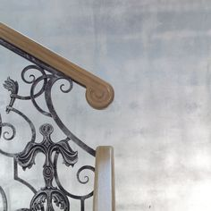 """Наш ОПЫТ: деревянный поручень на кованом ограждении лестницы. Украшен """"улиткой"""". Поручень выполнен для проекта архитектора @inna.design #sibmaster #сибмастер #сибирскиймастер #интерьер #сибмастер_опыт #лестница #лестницы #ограждения #поручень #перила #ограждениековка"""
