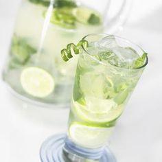Le Baccarat - Presser le citron vert et verser le jus (2 cl) dans un shaker. Ajouter le jus d'airelle, le Cointreau, agiter pour mélanger. Répartir dans deux flû