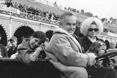 También ha heredado de su abuela, la impecable y dulce Grace Kelly, ese savoir faire tan francés. Carolina, con 11 anos sonríe a la cámara junto a sus padres Rainiero y Grace de Mónaco, y la pequena Estefanía durante el Rally de Brighton en 1968.