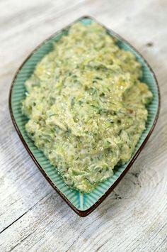 Salatalıklı Patates Malzemeleri 3 adet patates- haşlanmış 4 adet salatalık – rendelenmiş 3 yemek kaşığı süzme yoğurt 1 yemek kaşığı mayonez ½ bağ dereotu 2 diş sarımsak - ezilmiş Tuz  Patatesleri haşlayıp soğutun. Ardından kabuklarını soymadan rendeleyin, salatalıkları da kabuklarıyla  rendeleyip patatesle karıştırın, ardından, yoğurt, mayonez, sarımsak ve tuz ilave edip iyice karıştırın.  Son olarak dereotunu ince kıyıp karışıma ilave edin.