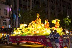 부처님오신날 석가탄신일 2017Buddha's Birthday 종로의 연등행렬-우리들체질체형방송  #부처님오신날, 석가탄신일의 풍경입니다.  부처님탄신일을 축하하는 연등행사행렬 풍경입니다. 그리고 청계천에서 #서울밤도깨비야시장 의 풍경도 담았습니다.   석가탄신일, 조계사, 봉은사, #연등행렬, #청계천 사진동영상 https://youtu.be/wM7QPnri-BU  #석가탄신일 https://en.wikipedia.org/wiki/Buddha%27s_Birthday  #조계사 https://en.wikipedia.org/wiki/Jogyesa  #봉은사 https://en.wikipedia.org/wiki/Bongeunsa   #사상체질진단법 동영상 https://youtu.be/YEtaYUHSMvg  #체형교정건강법 동영상 https://youtu.be/ZJZ_y67GhrY  김수범박사의 #맛집 추천…