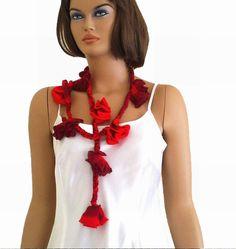 Crochet rose scarf in red and burgundy par KnitterPrincess sur Etsy, $22.00