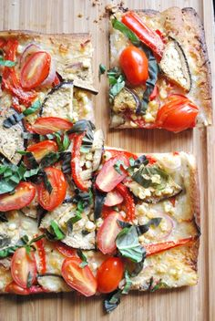 Farmer's Market Veggie Pizza with cherry tomatoes, fresh basil, fresh mozzarella, garlic, and pepper I Love Food, Good Food, Yummy Food, Vegetarian Recipes, Cooking Recipes, Healthy Recipes, Pizza Recipes, Plat Vegan, Fingerfood Party
