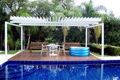 Cobertura de alumínio com lâminas giratórias é alternativa para casa da praia ou jardins