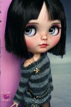 Etsy の Caro. Blythe custom art ooak doll by blythejunkie Blythe Dolls For Sale, Ooak Dolls, Crea Fimo, Displays, Paperclay, Creepy Dolls, Little Doll, Custom Dolls, Doll Face