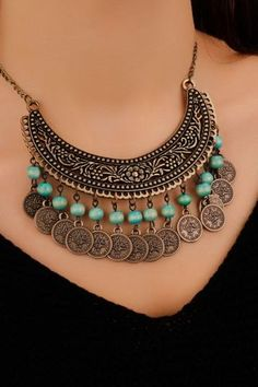 Another coin idea. Even have that great neck piece . Weird Jewelry, Cute Jewelry, Boho Jewelry, Bridal Jewelry, Jewelry Crafts, Beaded Jewelry, Jewelery, Jewelry Accessories, Beaded Necklace