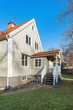 Rejäl farstukvist möter välkomnande... Garage Doors, Sweet Home, House Ideas, Farmhouse, Mansions, Architecture, House Styles, Outdoor Decor, Homes