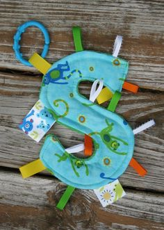 baby taggie toy (say that five times fast) - Kids&Baby Toys Tag Blanket, Easy Baby Blanket, Baby Sewing Projects, Sewing For Kids, Sewing Ideas, Baby Toys, Toddler Toys, Diy Bebe, Sewing Toys