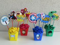 Arreglos y Centros de mesa infantiles de SuperHeroes Hulk Birthday, Avengers Birthday, Superhero Birthday Party, 4th Birthday Parties, 3rd Birthday, Heros Comics, Birthday Party Centerpieces, Superhero Centerpiece, Avengers Party Decorations