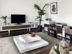 Wonderland Slider.  TV audio meubel low slider.    Dit lage design TV audio meubel met zijn retro vintage uitstraling lijkt zo uit de 60ies 70ies geplukt. Door zijn simpele en basic vormgeving samen met de verschuifbare panelen