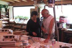 """""""Per me il colore va un pò più scuro""""? """"dici?"""" siamo Gemma e Dario, lavoriamo con amore in quest'Azienda che abbiamo creato insieme...ogni tanto siamo in disaccordo ma troviamo sempre un punto d'incontro ;) #stufecollizzolli #handmade #fattoamano #madeinitaly #artigianato #design #italy #arte #qualita #home #casa #arredamento #processoartigianale #ceramica #maiolica #argilla #cotturainforno #pittura #incisioni #rilievi #decorazioni #trentino"""