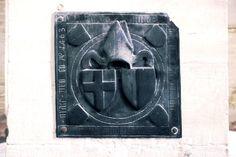 Grabplatte - Wappen. Der Bischofshut wird wohl Bezug zu einem Domherren aus dem Jahre 1463 nehmen. Leider ist mir der Name und die Geschichte unbekannt. ;-) #merseburg #merseburgerdom #ausflug #kunst #kunstundkultur #myfujifilm