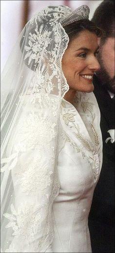 La preciosa mantilla que lucio Doña Letizia el dia de su boda fue un regalo del Principe de Asturias.