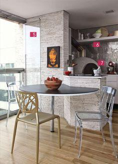 Forno de pizza, churrasqueira, chuveirão e ombrelone estão entre as sugestões para decorar varandas e terraços.