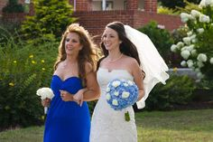 A bride and her mom walking to the wedding ceremony in Pell Gardens (Chesapeake City, MD)  ©Kevin Quinlan www.kqwedphoto.com