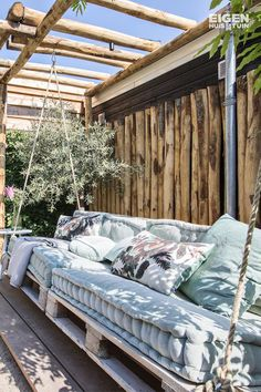 4 reasons to choose a pergola in the garden - Eigen Huis en Tuin - Need inspiration for the garden? For example, you can hang a large rocking chair or chair on your p -