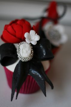 Black and red cupcakes . Wedding ideas for brides, grooms, parents & planners . … plus how to organise an entire wedding ? The Gold Wedding Planner iPhone App Cake Cupcake Kunst, Deco Cupcake, Cupcake Art, Cupcake Cookies, Cupcake Towers, White Cupcakes, Pretty Cupcakes, Beautiful Cupcakes, Yummy Cupcakes