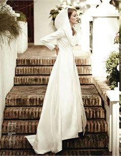 Para no pasar frío cuando llegue el día de la boda, las novias con capas y abrigos tendrán todo lo necesario para triunfar. ¡Pasa un día muy cálido!