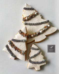 Lorena Rodríguez. Christmas cookies. White Christmas cookies #lorenarodriguez #lorenassweets #lorenarodriguezsaenz #fondant #fondantcookies #decoratedcookies #christmascookies #whitechristmas  #whitechristmascookies #moose #moosecookies #snowflakes #garlandcookies #christmastreecookies #deer #deercookies #christmastreecookies