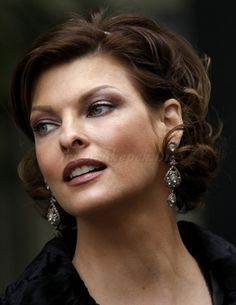 rövid frizurák 50 feletti nőknek - hullámos rövid frizura 50 feletti nőknek