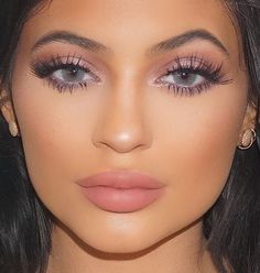 Kylie Jenner light pink makeup