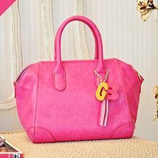 開発スタッフ一番人気がこちらのカラー! 鮮やかなホットピンクはモノトーンファッションの差し色として取り入れて。 (働く女子みんなでつくるGIRLS BAG/Mini ¥9,975)
