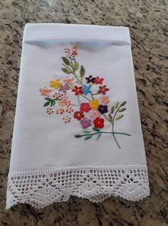 No photo description available. Hand Embroidery Patterns Flowers, Hand Embroidery Dress, Hand Embroidery Stitches, Silk Ribbon Embroidery, Hand Embroidery Designs, Embroidery Art, Flower Patterns, Machine Embroidery, Serviettes Roses