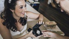 Silvia, feliz, enseñando el broche con el retrato de su abuela en miniatura que le pintamos para su gran día y con el que dio una sorpresa a su madre. Dio, Wood Watch, Weddings, Inspiration, Accessories, Fashion, Happy, Unique Gifts, Pendants