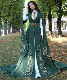 Renaissance Dresses, Medieval Clothing, Beautiful Gowns, Beautiful Outfits, Pretty Outfits, Pretty Dresses, Fantasy Gowns, Larp, Designer Dresses