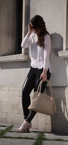 Boho style met zwarte lederen broek en sandalen Wonders | Brantano