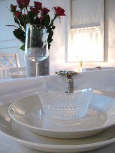 Teema-lautaset ja kastehelmi kulho B Food, B & B, Scandinavian Style, Finland, Tablescapes, Table Settings, Design Inspiration, Special People, Dining