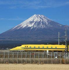 富士山をバックにしたドクターイエロー Fuji-san and train Japanese Nature, Japanese Landscape, Monte Fuji Japon, Fuji Mountain, Mont Fuji, Kobe Japan, Shizuoka, Art Japonais, Train Journey