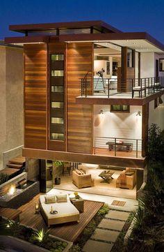 Casa contemporânea com fachada de madeira