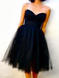 Robe noir bustier cœur et tulle jusqu'aux genoux